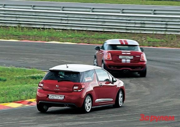 У «Мини» и «Ситроена» аналогичные 1,6-литровые турбомоторы разной степени форсировки. Полутора сотням сил DS3 помогает четкая механика, мощь 184 л.с. «Купера S» портит дерганый автомат.